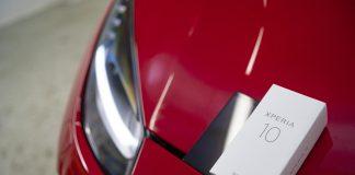 Xperia 10 na masce Ferrari 488 GTB